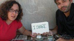 Deniz spiega a Filippo i segreti della lettura dei fondi del caffè